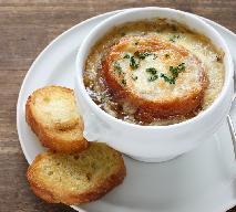 Zupa cebulowa z grzankami według Magdy Gessler: przepis na francuską zupę cebulową