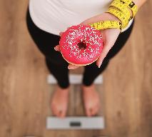 Ile kalorii ma pączek? Ile trzeba ćwiczyć, żeby go spalić?