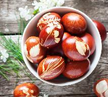 Wielkanocne jaja: farbowanie jaj w łupinach cebuli