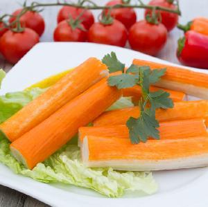 Pierwszorzędna sałatka z paluszków surimi w majonezie: palce lizać!