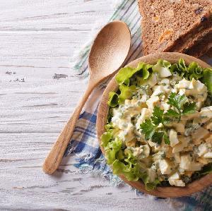 Sałatka z jajek z kiełkami: przepis na lekkie i pożywne wiosenne danie