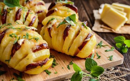 Genialne ziemniaki hasselback pieczone z kiełbasą i serem