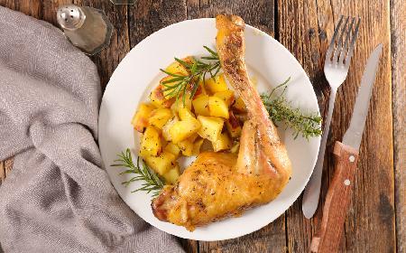 Portugalski kurczak pieczony podawany z ziemniakami