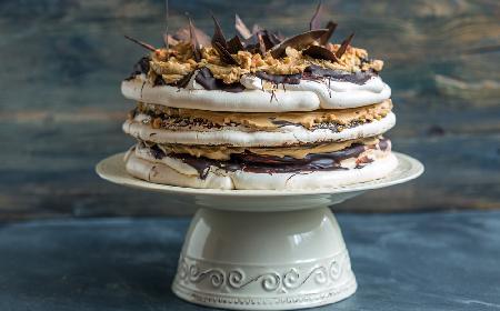 Tort bezowy z kremem czekoladowym i orzechami - przepis na komunię lub urodziny