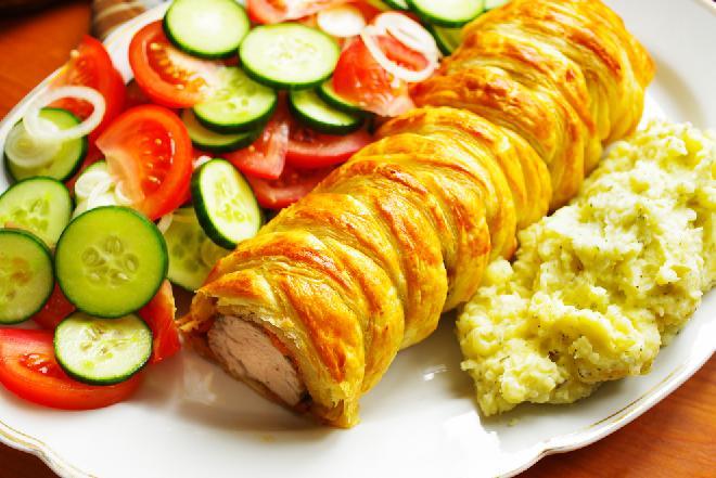 Schab zapiekany w cieście francuskim na rodzinny obiad