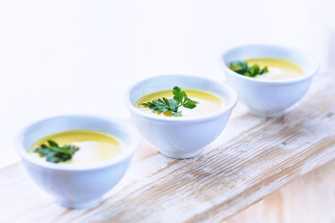 Krem selerowy z parmezanem: przepis na pożywną i aromatyczną zupę