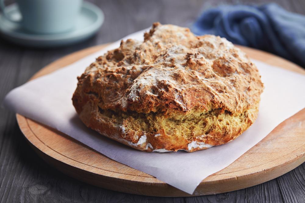 Chleb z palonym masłem i tartym serem