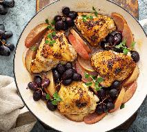 Udka kurczaka duszone z jabłkami i winogronami: jesienne danie na pocieszenie