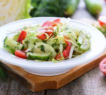 Surówka obiadowa: przepis na surówkę z pekinki, ogórków i pomidorów