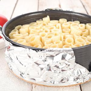 Rurki zapiekane z pomidorowym sosem mięsnym: sprytne danie z tortownicy