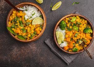 Pożywne curry ze słodkich ziemniaków z ciecierzycą i brokułami