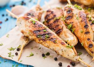 Polędwiczki z kurczaka na patyku: soczyste kąski z grilla