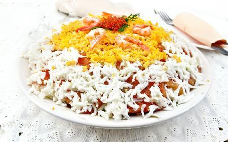 Warstwowa sałatka SUSHI z wędzonego łososia, ryżu i świeżego ogórka