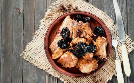 Żeberka duszone ze śliwkami: pomysł na obiad
