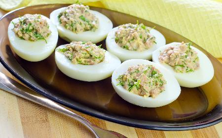 Jajka faszerowane makrelą - przepis diety Dukana, wysokobiałkowy [WIDEO]
