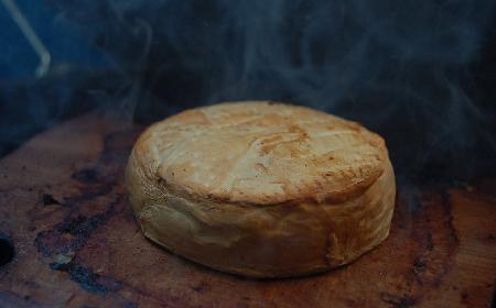 Pieczony camembert z rukolą i pomidorami inspirowany przepisem Magdy Gessler