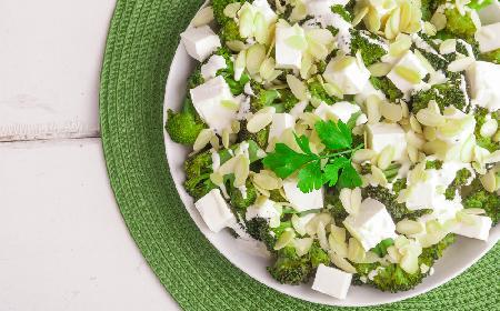 Sałatka brokułowa z fetą i migdałami