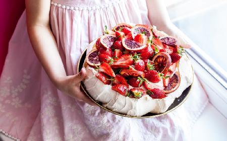 Tort bezowy Pavlova: przepis według Magdy Gessler