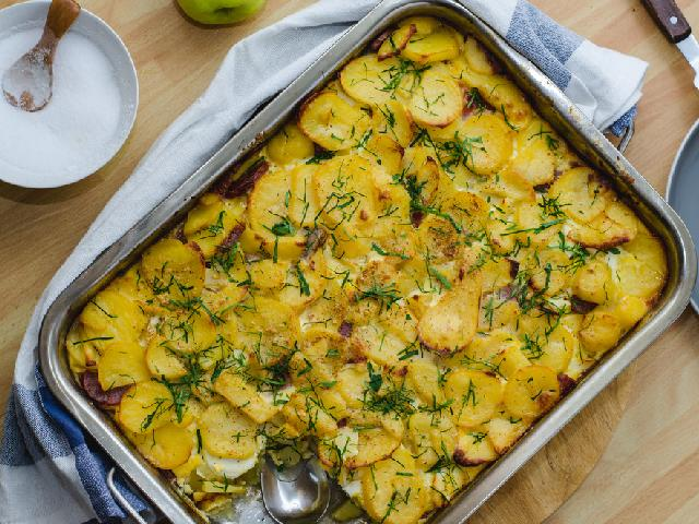 Rakott krumpli: przepis na węgierską zapiekankę ziemniaczaną