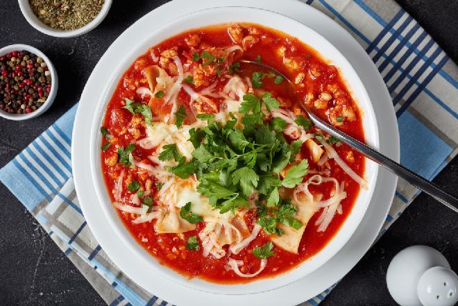Zupa lasagna: sprytna pomidorowa z mielonym mięsem i makaronem