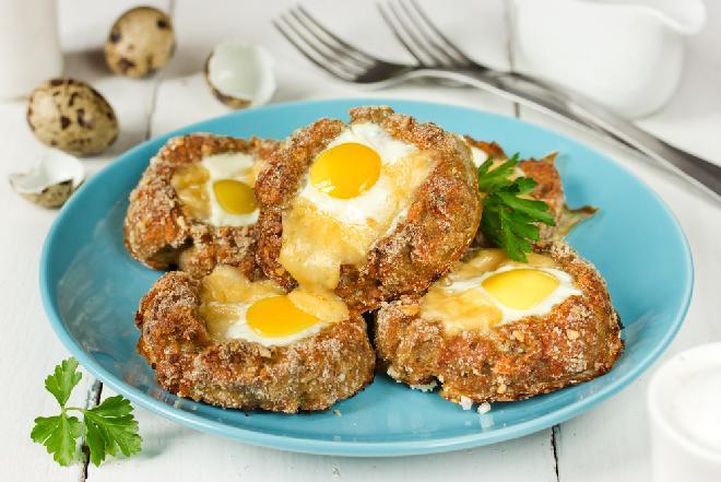 Gniazdka z mięsa mielonego z sadzonym jajkiem - pyszne, soczyste i efektowne danie