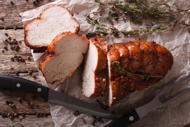 Ziołowy filet z indyka: najlepsza pierś indycza pieczona w maśle ziołowym