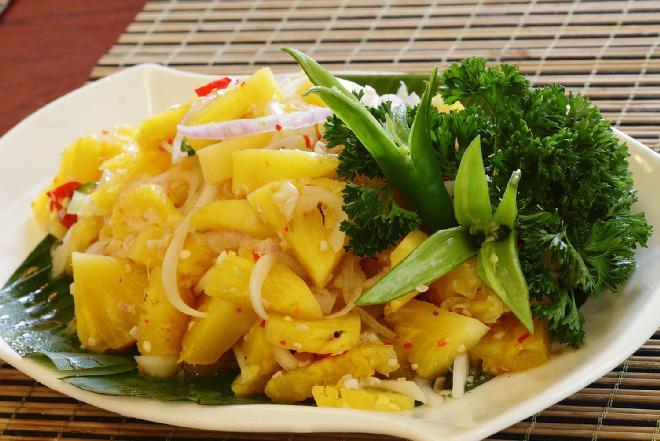 Sałatka z ananasa i cykorii z poppingiem