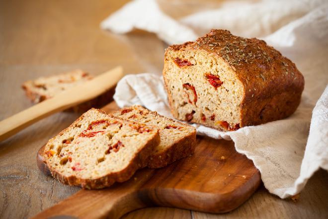 Domowy chleb z suszonymi pomidorami - znakomity dodatek do zupy