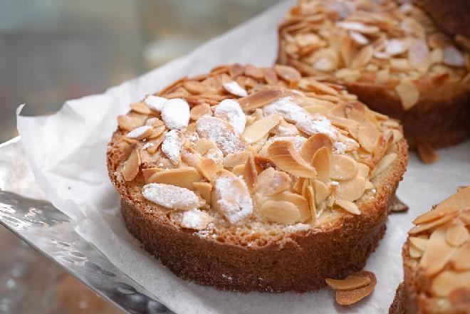Bostock z chałki lub brioszy: francuskie tosty migdałowe z ciasta drożdżowego