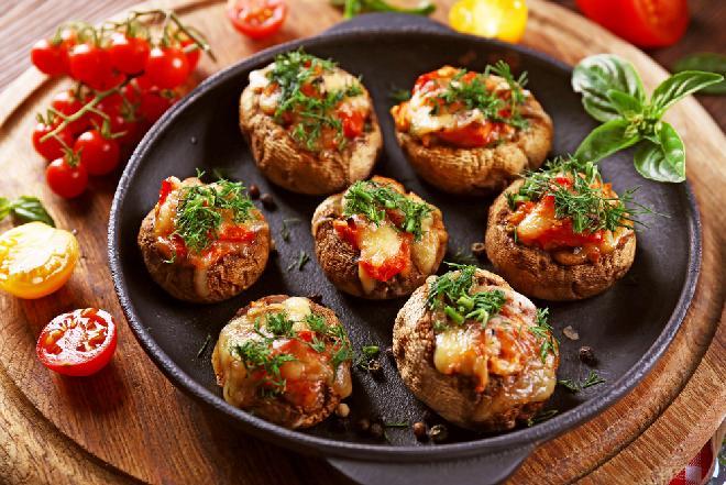Portobello faszerowane fetą - przepis na pieczarki z serem [WIDEO]