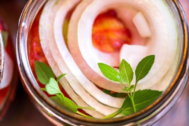 Biała kiełbasa marynowana w zalewie pomidorowo-octowej z cebulką