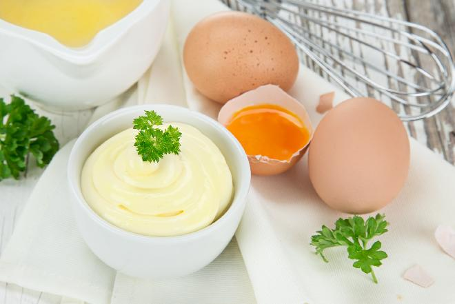 Oznaczenia na jajkach: jak rozszyfrować pieczątki na jajkach? Wielkość, rodzaj chowu, pochodzenie jajek